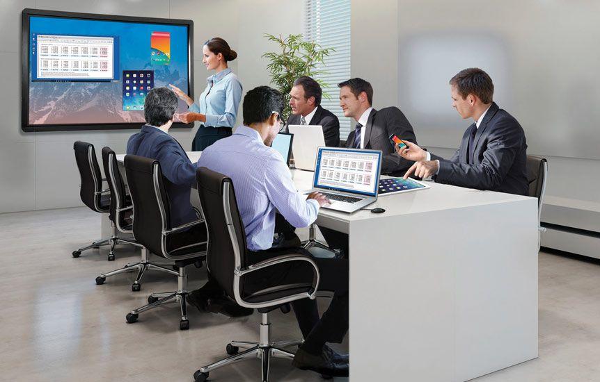 un écran interactif tactile dans une salle de bureaux en entreprise
